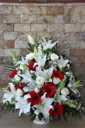 Beyaz Glayör ve Beyaz Lilyum, Kırmızı Gerbera  Sepette beyaz lilyum ve güllerden hazırlanmış egzotik dallı aranjman ile sevdiklerinize yeni iş, geçmiş olsun gibi güzel temennilerde bulunabilirsiniz. Yaklaşık Ürün Boyutu : 60 cm