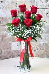 Kırmızı Gül : 7 Adet   Sevdiklerinize hediyelerin en güzelini vermek istiyorsanız vazoda kırmızı güller tam size göre. Cam vazoda kırmızı güllerden buket sevginizi çiçekler ile anlatacak.