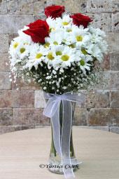 Aşkınızı kırmızı güller, masumiyetinizi beyaz papatyalar ile sevdiğinizi capcanlı olarak şimdi gösterin. Yaklaşık Ürün Boyutu : 40 cm