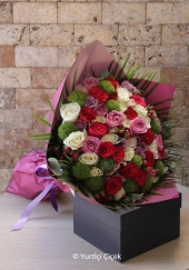 Beyaz Gerbera Çiçekleri  Beyaz sayfalar açmak ya da masumiyetinizi ona göstermek istediğinizde bembeyaz Gerbera  çiçeklerinden hazırlanan buket size yardımcı olacak. Yaklaşık Ürün Boyutu : 30 cm