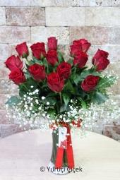 Cam vazoda 15 kırmızı gül ile hazırlanan aşk dolu tasarım sevdiğinizi mutlu etmeye yetecektir. Yaklaşık Ürün Boyutu : 40 cm