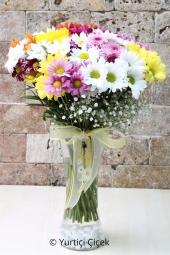 Mevsimin en güzel renkli kır çiçekleri sevdiklerinize özel hazırlandı. Cam vazoda papatya ve kır çiçeklerinden buket ile hoş bir sürpriz yapın. Yaklaşık Ürün Boyutu : 40 cm