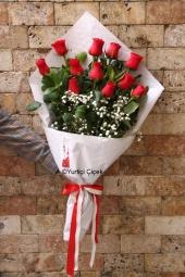 Kırmızı Gül : 11 Adet   Aşkınızın ateşi gibi kıpkırmızı güllerden hazırlanan buket ile sevdiğinize özel romantik bir hediye gönderin. Yaklaşık Ürün Boyutu : 40 cm