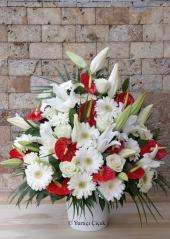 Kırmızı Gül, Beyaz Lilyum, Kırmızı Antoryumdan Aranjman  Bebek doğum tebriği için en uygun hediyelerden biridir balon ve peluşlu aranjman. Sevdiklerinizin mutlu anlarını paylaşacaksınız.