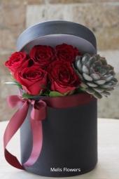 Özel kutu içerisinde 10 çeşit çikolata, jelibon ve külah içerisinde tek kırmızı gül ile sevdiğinize hoş ve anlamlı bir sürpriz yapabilirsiniz.