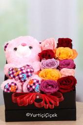 Siyah kutuda oyuncak ayı ve renkli güller ile hazırlanan aranjman ile onu ne kadar sevdiğinizi ve ne kadar özel bulduğunuzu hissettirebilirsiniz.