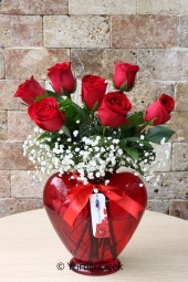 Sevdiğinizi Anlatacak En Güzel Sürprizleri Kalp Cam Vazoda 7 Gülden Hazırlanan Tasarım ile Yapabilirsiniz.