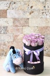 Kutuda lila güller ve yanında eeyore oyuncağı ile teslim edilecek tasarım, sevdikleriniz için unutulmaz güzellikte bir hediye olacaktır.