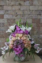 7 Adet kırmızı gülden hazırlanan hoş aranjman ile sevginizi çiçekler ile en güzel şekilde anlatabilirsiniz. Yaklaşık Ürün Boyutu : 30 cm