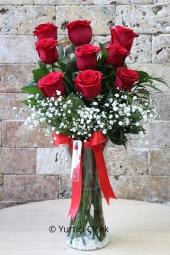Kırmızı Gül : 9 Adet  Onu sevmekle başlıyor her şey. Cam vazoda 9 kırmızı gül göndererek onu çok ama çok mutlu edebilirsiniz.