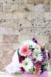 Kır Çiçekleri, gerbera ve papatyalardan harika ambalajlı buket ile sevdiklerinizi şimdi mutlu etme zamanı! Yaklaşık Ürün Boyutu : 35 cm