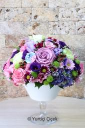 Cam Fanusta Rengarenk Kır Çiçekleri ve Güller ile Hazırlanan Tasarım Aranjman Sevdiklerinizi Mutlu Etmeye Yetecektir. Yaklaşık Ürün Boyutu : 30 cm