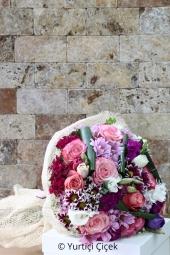 Farklı olmak her zaman iyidir. Doğum günleri için hazırlanan pembe ve beyaz papatyalardan çiçek pastası ile hem espirili hem de anlamlı bir hediye yollayın. Yaklaşık Ürün Boyutu : 25 cm