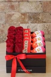 Kırmızı Gül : 10 Adet   Özel tasarlanmış seramik ayakkabıda 10 kırmızı gülden aranjman ile sevdiğinize gönderdiğinizde ben geldim diyecek.