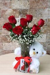 Kırmızı Güller ve Peluş ayıcık ile aşkınızı anlatmak çok daha güzel. Sevdiğinize göndereceğiniz peluş hediyeli aranjman ile sürprizlerin en güzelini yaşatacaksınız.  Yaklaşık Ürün Boyutu : 40 cm