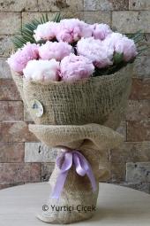 Beyaz cam vazoda antoryum ve güllerden egzotik dizayn ile sevdiklerinize günlük sürprizler yapın.