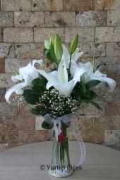 Beyaz Lilyum : 2 Dal   Cam vazoda kokulu beyaz lilyumlar, suda en şık şekilde dizayn edilir. Sevdiklerinize göndereceğiniz en güzel hediyelerdenn biri olacak.Yaklaşık Ürün Boyutu : 45 cm