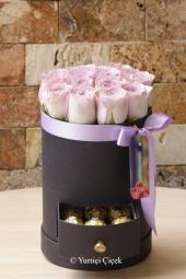 Masumiyetinizi en güzel anlatacak çiçektir beyaz güller. Cam vazoda 5 beyaz gülden dizayn ile sevdiklerinize harika bir sürpriz yapın.