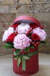 Kutu içerisinde rengarenk bahar çiçekleriyle birlikte hazırlanan aranjman, sevdikleriniz için unutulmaz bir armağan olacak.