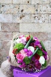 Turuncu ve Beyaz Kır Çiçeklerinden Hazırlanan Buket ile Sevdiğinize Sımsıcak Bir Sürpriz Yapabilirsiniz. Yaklaşık Ürün Boyutu : 40 cm