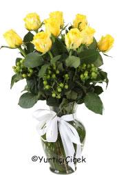 9 Adet Sarı Gülden Hazırlanan Vazoda Buket ile Sıcak Sevgi Anlamı Taşıyan Güllerin Cazibesini Aşkınıza Hissettirin. Yaklaşık Ürün Boyutu : 55 cm