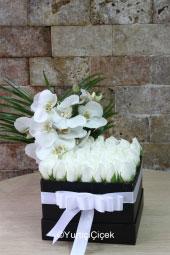Özel kutuda beyaz güller ve orkideler ile hazırlanan tasarımla sevdiğinize aşkınızı hemen anlatabilirsiniz.