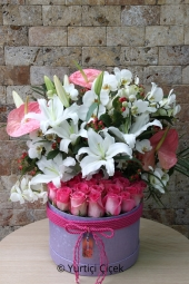 Kutu içerisinde pembe güller, lilyumlar ve antoryumlar ile en özel tasarımları sevdiklerinize gönderebilirsiniz.