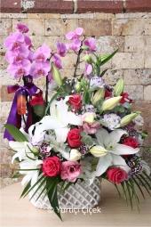Örgülü seramik içerisinde 3 dallı mor orkide, beyaz lilyumlar ve pembe güller ile hazırlanan aranjman ile sevdiklerinizi mutlu etmenin tam zamanı.