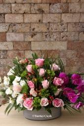 Beyaz Gül : 9 Adet  Sevginizin sonsuzluğunu anlatacak beyaz güllerden buket ile ona duygularınızı en güzel yolla anlatacaksınız. Yaklaşık Ürün Boyutu : 40 cm