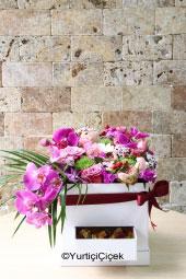 Özel tasarım kutu içerisinde orkideler, rengarenk güller ve bahar çiçekleriyle hazırlanan aranjman yanında jelibonlar da gönderebilirsiniz.