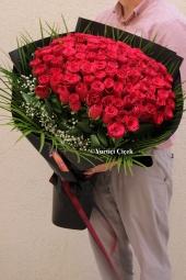 Tek Dallı Beyaz Orkide ve Kırmızı Güller ile Sevginizin En Harika Sunumunu Yapın. Yaklaşık Ürün Boyutu : 60 cm