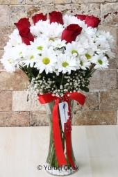 Sevdiklerinize göndereceğiniz vazoda papatya ve gül buketi ile onların yüzünde gülücükler açtırın. Yaklaşık Ürün Boyutu : 40 cm