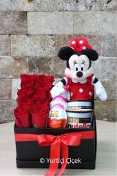 Kutuda 10 adet gül, minnie oyuncağı, kinder sürpriz yumurta ve nutella çikolata ile hazırlanan ürün sevginizi anlatmaya yeter.