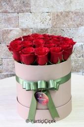 Kutu içerisinde 15-20 adet kırmızı gül ile hazırlanan tasarım sevdiklerinize özel sunumu ile mutluluk dolu anlar yaşatacaktır.