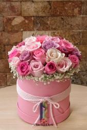 Özel beyaz ayakkabıda mevsimin en taze kır çiçeklerinden hazırlanan aranjman ile sevgilinize sürpriz yapın.