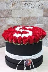 Büyük boy kutu içerisinde kırmızı ve beyaz güllerden hazırlanan kişiye özel harf sevdiklerinize mutluluk dolu bir sürpriz olacaktır.