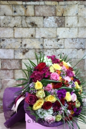 Siyah Cam Vazoda Rengarenk 15 Gül ile Sevdiklerinizi Capcanlı Çiçekler ile Her Güne Özel Mutlu Etme Fırsatı.