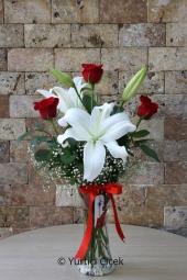 Cam Vazoda 1 Dal Beyaz Lilyum ve 3 Adet Kırmızı Gülden Buket ile Sevdiklerinize Armağanların En Güzelini Göndereceksiniz.