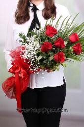 6 adet kırmızı gülden hazırlanan buket ile yurtdışına çiçek gönderip sevdiklerinizi mutlu etme zamanı.