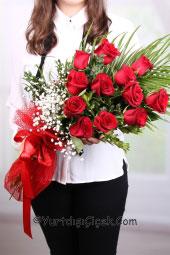 12 adet kırmızı gülden hazırlanan buket ile yurtdışındaki sevdiklerinize taptaze çiçekleri gönderebilirsiniz.