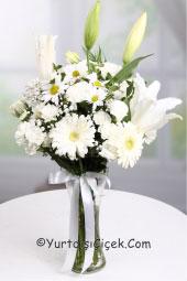 Cam vazoda mevsimin en taze çiçeklerinden hazırlanan bembeyaz buket ile düşlerinizi ona yurtdışında olsa da sunabilirsiniz.
