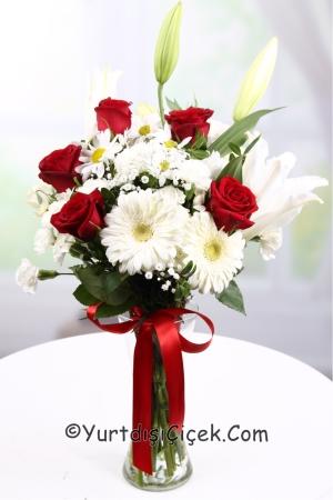 Vazoda Kır Çiçekleri ve Gül