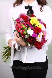 Mevsimin tüm renklerini içinde barındıran karışık kır çiçekleri buketi ile yurtdışına çiçek gönderimlerinizi yapabilirsiniz.