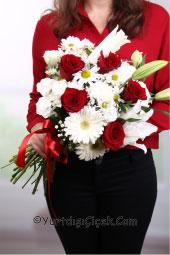 Kır Çiçeklerinin sadeliği ve kırmızı gülün aşk dolu duruşu ile yurtdışındaki sevdiklerinize tüm duygularınızı anlatacaksınız.