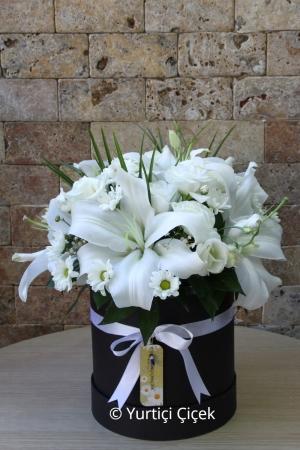 Kutuda Lilyum ve Beyaz Kır Çiçekler