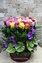 Kadeh cam vazoda mor kır çiçekleri ve beyaz lilyumlardan aranjman ile sevginizin masumiyetini anlatabilirsiniz. Yaklaşık Ürün Boyutu : 35 cm