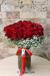 41 kırmızı gül vazoda hazırlanan tasarımı ile sevdiklerinize kalbinizden geçenleri anlatmaya yetecektir. Yaklaşık Ürün Boyutu : 40 cm