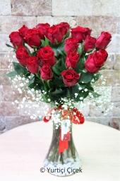 Cam Vazoda 21 kırmızı gül ile sevdiğinize kalbinizden geçenleri hissettirecek güzel ve anlamlı bir sürpriz yapabilirsiniz. Yaklaşık Ürün Boyutu : 40 cm