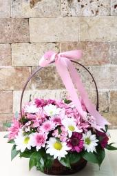 Sepet içerisinde rengarenk bahar çiçeklerinden hazırlanan aranjman ile sevdiklerinizi mutlu edebilirsiniz. Not: Sepet cinsi stok durumuna göre değişebilir.