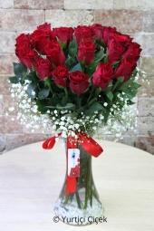 Cam vazoda 25 kırmızı gül ile aşkın ve romantizmin en güzel dakikalarını sevdiklerinize yaşatabilirsiniz. Yaklaşık Ürün Boyutu : 40 cm